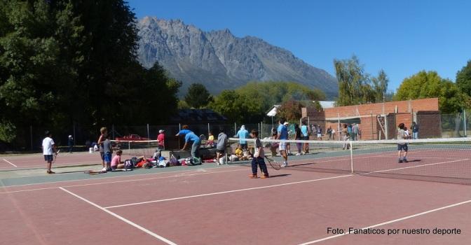 Jóvenes, pelotas y raquetas en la Comarca Andina
