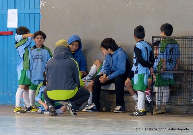 Los chicos festejaron su día jugando al futbol